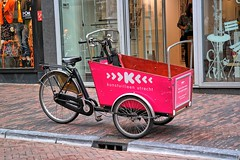 Utrecht, Bakfiets, Kunstuileen (Nik Morris (van Leiden)) Tags: bakfiets fiets bike cargobike utrecht tricycle nx30