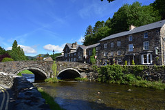 Beddgelert, Wales (1253) (travelintime (trying to catch up)) Tags: beddgelert wales unitedkingdom greatbritain travel postcard town village river north building architecture nikon d7200 snowdonia gb