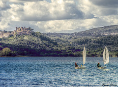 Optimist (Pablos55) Tags: bracciano lago lake nuvole clouds barche vela sailboats optimist