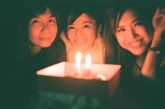 小夏姐妹突如其來的幫她慶生 (Mr.Sai) Tags: kodakretinaiiaschneiderkreuznachretinaxenon50mmf2 agfavista400film analog filmisnotdead c41 process 高雄自由沖掃 taiwan girl portrait cake candle birthday