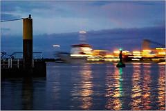 Wellengang (Ulla_M) Tags: hamburg elbe anleger bewegungsunschärfe langzeitbelichtung ohnestativ schiffe lichterfahrt umphotoart nikond80 schiff himmel wasser