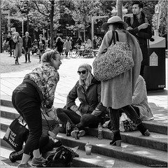 Off the wall (John Riper - OFF FOR AWHILE) Tags: johnriper street photography straatfotografie square vierkant bw black white zwartwit mono monochrome netherlands candid john riper rotterdam fuji fujifilm xt2 18135 station blaak people women shopping chilling launching smoothie drink bag smoking man stairs steps