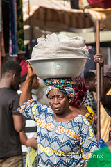 In the Grand Market (10b travelling / Carsten ten Brink) Tags: 10btravelling 2017 africa african afrika afrique assingnamé carstentenbrink genericplaces grandmarché grandmarket gulfofguinea iptcbasic lome lomé otherkeywords places republic républiquetogolaise togo togolais togolaise togoland togolese westafrica africaine bowl carrying marché market tenbrink woman women working icarry carry porter tragen portage