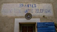 Die Schrift an der Wand (krieger_horst) Tags: frankreich brantes blau schrift alt verblast