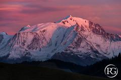 """""""Les hauts sommets à l'heure rose"""". Massif du Mont-Blanc, Haute-Savoie. (Raphaël Grinevald • Photographe) Tags: raphaelgrinevald reflex rhônealpes nikon nikkor d800 70200 28 vr montagne massif montblanc mont mountains massifdumontblanc alpes aiguille alpinisme arve glacier goûter bionnassay dôme courmayeur chamonix aravis megève praz arly tricot arête sunset sunrays sunrise landscape nature paysage parc reserve"""