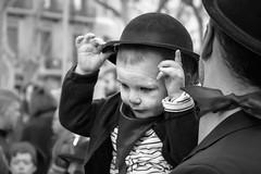 Mi sombrero y yo - My hat and me (i.puebla) Tags: barcelona cataluña españa exterior ruacarnaval spain catalonia city ciudad calle callejeando street streetview streetphoto sombrero hat pañuelo niño boy kid bw blancoynegro blackandwhite blackwhite byn airelibre monocromático monocromo nikon d7200 dof profundidaddecampo