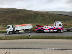 FH13 Rear Suspending An 8 Wheeler Tipper Over The Brecon Beacons (JAMES2039) Tags: volvo fh13 globetrotter pn09juc pn09 juc tow towtruck truck lorry wrecker heavy underlift heavyunderlift 8wheeler 6wheeler rear rearsuspend tipper renault trange cardiff rescue breakdown ask askrecovery recovery a470 brecon breconbeacons