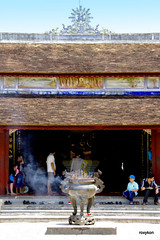 Vietnam-Hue:At Thien Mu Pagoda III. (roxykon) Tags: vietnam indochina seasia hue buddhism people pentaxk5 tamron18250mm