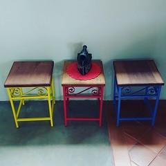 Banquinhos coloridos? Nós temos!!! #artesanatomineiro #decoração #casa #decorando #decorar (fabriciabarcelos) Tags: artesanatomineiro decorando casa decoração decorar