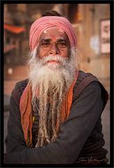 Sadhu à Varanasi (Joce.V) Tags: inde india asie asia varanasi benarès uttarpradesh sadhu portrait homme man people streetphotography streetphoto ghat gange voyage travel canon canoneos5dmarkii canonef2470f28lusm