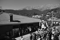 Procesión (theelectricgirl) Tags: procesión pueblo valledeltiétar elarenal ávila village gente tradición fiesta blancoynegro monocromatico gredos carretera personas