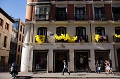 _DSC5883 (adrizufe) Tags: callefernandovii madrid spain españa streetphotography streetpics balloons globos ai walking ventanas windows urban ngc nikonstunninggallery nikon aplusphoto adrizufe adrianzubia d7000