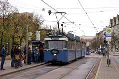 P-Zug 2006/3005 wird am Max-Weber-Platz auf Ausrückfahrt von den Besuchern sehnsüchtig erwartet (Frederik Buchleitner) Tags: 10jahremvgmuseum 2006 3005 linie7 mvgmuseum munich münchen pwagen strasenbahn streetcar tram trambahn
