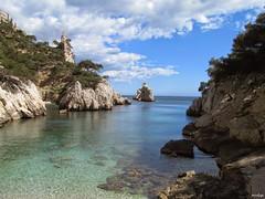 La calanque de sugiton (Missfujii) Tags: mer soleil calanque falaise roche rocher ciel eau
