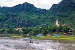 Na samotě pod skálou (zcesty) Tags: řeka vietnam14 loď krajina kostel hory domorodci vietnam phongnha dosvěta quảngbình vn