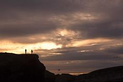 Photo time! (dMadPhoto) Tags: landscape paisajes nature naturaleza belleza beauty galicia sea mar cielo sky nubes clouds dmadphoto pareja couple contraluz sunset atardecer backlighting sun sol rojo red