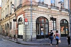 Coin de rue (Roselyne Calle Mirio) Tags: toulouse france 2017 streetphotography architecture auxsixsoeurs people travelphotography colorphotography color candid urban urbain city citylife sign wall street building urbanwalls lavillerose rose sudouest occitanie hautegaronne midi brique terrecuite shop boutique vitrine shopwindow shopfront streetcorner sonyalpha sonyalpha7ii sony ilce7m2 magasin streetsign rue text outdoor midipyrénées ville brick brickwork stone