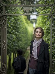 Mariëlle, Cotswolds 2017: Tree-lined (mdiepraam (25m)) Tags: cotswolds 2017 oxfordshire buscotpark nationaltrust garden marielle portrait pretty gorgeous attractive mature fiftysomething brunette woman lady milf elegant classy denim jeans scarf trees gate