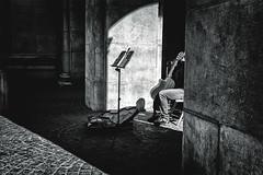 good tunes (berberbeard) Tags: austia österreich oesterreich salzburg schwarzweiss blackandwhite monochrome hannover fotografie photography urban berberbeard berberbeardwordpresscom germany ilce7m2 itsnotatrick street deutschland