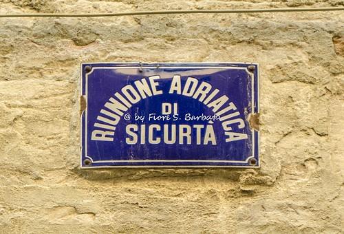 Ferrara (FE), 2017, Via delle Volte e antico quartiere ebraico: targa metallica di istituto assicurativo.