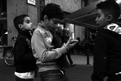 Nuovi giochi di strada (gavim88) Tags: gavim88 marcogavioli canoneos600d fujifilmxe1 fuji augusta siracusa catania sicilia italia europa mondo universo galassia cielo terra acqua mare vista veduta scorcio panorama strada street bn passeggiango passeggio cammino camminare monumento città edificio palazzo vicoli cartello bambini bambino bimbi bimbo gioco giocare amici panchina cellulare smart smartphone vecchio mendicante elemosia seduto vetrina bambina manichino ciclo bicicletta lungomare portone cine asia asiatico bancarelle borsa 5 ballo balli ballidigruppo salsa tettoia