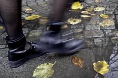 En människa på språng /A person on the go (ros-marie) Tags: fs171029 männskan fotosondag