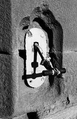 Cenwch y gloch - yr Hen Goleg, Aberystwyth (Rhisiart Hincks) Tags: yrhengoleg oldcollege seddon gothicrevival nevezc'hotek athbheochanghotach adfywiadgothig victorian fictoraidd pensaernïaeth arkitektura architecture adeiladouriezh tisavouriezh ailtireachd ailtireacht pennserneth duagwyn gwennhadu dubhagusgeal blackandwhite bw zuribeltz blancetnoir blackwhite ceredigion ollscoil universtaire university skolveur unibertsitate oilthigh aberystwyth aberystwythuniversity prifysgolaberystwyth prifysgol erydiad erosion krignerezh creimeadh cysgod skeud dubhar shade itzal cysgodion itzalak skeudoù shadows ombres dubharan scáthanna ue eu ewrop europe eòrpa europa aneoraip a'chuimrigh kembra wales cymru kembre gales galles anbhreatainbheag