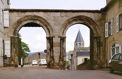 Cluny (Saône et Loire) (Cletus Awreetus) Tags: france bourgogne saôneetloire cluny abbaye clocher artroman architecture portedeville voûte rue voiture renault4l