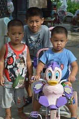 boys and a tricycle (the foreign photographer - ฝรั่งถ่) Tags: three boys brothers duck tricycle khlong thanon portraits bangkhen bangkok thailand nikon d3200