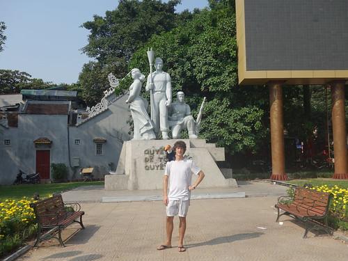 Pelico et Guillaume devant un monument
