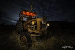 Pasto del olvido (Carlos Server Photography) Tags: tractor abandono old abandoned nightscapes nightphotography nubes clouds longexposure larga exposicion fotografíanocturna stars estrellas bulb canon 1635mm