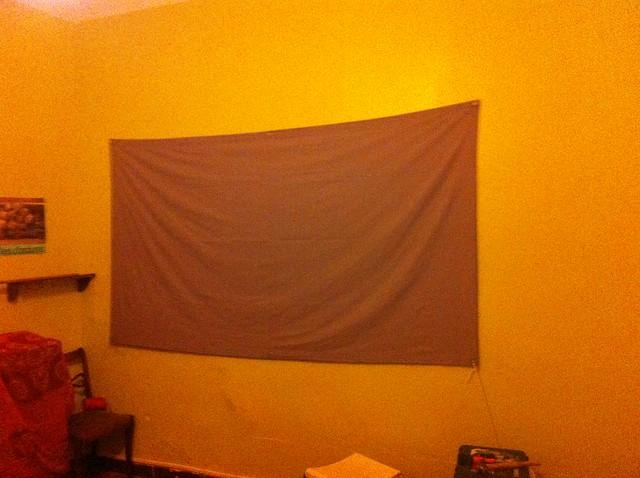 le textile cousus sur le mur en attendant la projection.