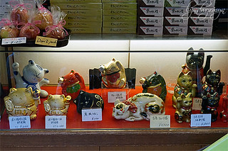 maneki neko in a souvenir shop