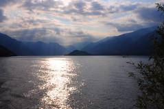 Sul Lago di Como (in Explore) (Luigia80 (Pat)) Tags: lago lagodicomo como bellagio riflessi raggi sole panorama