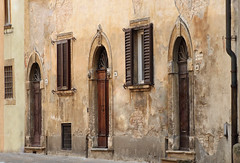 Volterra (Jolivillage) Tags: jolivillage ville town city città maison house case porte portes doors façade volterra toscane tuscany toscana italie italia italy europe europa old picturesque geotagged