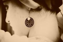 -«Ω νεότητα Πληρωμή του ήλιου Αιμάτινη στιγμή Που αχρηστεύει το θάνατο.» (Teteel) Tags: portraits faces sepia girl youth earring softness