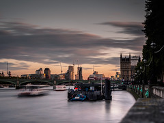 Down by the river... (davYd&s4rah) Tags: longtime longtimeexposure nd smooth sky clouds westminster bridge thames london uk great britain langzeitbelichtung olympus em10markii m1240mm f28 olympusm1240mmf28 redbus westminsterbridge brücke dawn sonnenuntergang