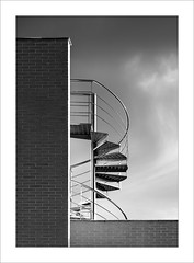 En la terrassa / On the terrace. (ximo rosell) Tags: ximorosell bn blackandwhite blancoynegro bw buildings arquitectura architecture abstract abstracció llum luz light llums stairs nikon d750 detall terraza terrat escales