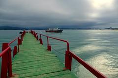 Pedreñeras (alfonsocarlospalencia) Tags: pedreñera embarcadero playa puntal cantabria santander rojo reflejos luz horizonte sol verde tablas verano atraque azul contraste espera arena
