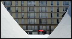 Au fond du trou  -  At the bottom of the hole (diaph76) Tags: france extérieur lehavre seinemaritime normandie paysage landscape immeubles estate appartements ville city graphisme graphic parasol umbrella