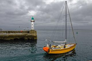 Le phare et le bateau jaune