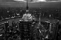 Shanghai - La tour Jinmao et Pudong. (Gilles Daligand) Tags: chine china shanghai ville nuit night town tour tower jinmao lumieres ombres riviere river pudong quartier quarter affaires business batiments leica q