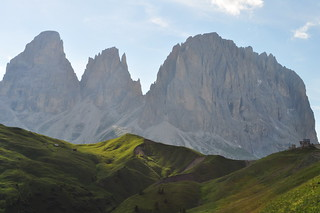 Sassolungo (3081 m), route du passo di Sella, Canazei, Val di Fassa, province de Trente, Trentin-Haut Adige, Italie.
