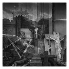 L'apocalypse (objet introuvable) Tags: blackandwhite bw nb noiretblanc apocalypse vitrine reflets reflections lumixgx8 lumière lumix panasonic