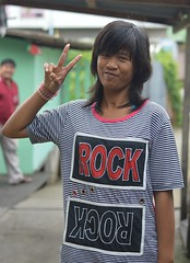 rock on (the foreign photographer - ฝรั่งถ่) Tags: tall dark skinned girl peace sign rock tshirt khlong thanon portraits bangkhen bangkok thailand nikon d3200