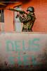 Movimentação de militares na Rocinha, no Rio - Foto - Bruno Itan (B. Itan) Tags: olharcomplexo alemão americadosul aulasdefotografia brasil brunoitan complexodoalemão conjuntodefavelasdoalemão favela fotografos fotos fotógrafo gueto itan luz morro morrodoalemão periferia riodejaneiro