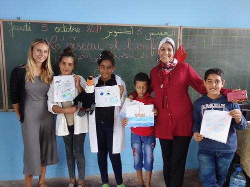 Les élèves et leurs productions, avec leur maitresse (Majida)