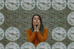 Atrapada en el tiempo (Kathy Chareun) Tags: surrealismo surreal surrealistic surrealista surrealism unreal irreal ps photoshop clocks clock reloj relojes autoretrato autorretrato selfportrait woman mujer femme sweater cold frio orange naranja green verde time tiempo atrapada trapped 365 challenge reto