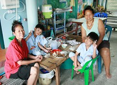lunch with the grandmas (the foreign photographer - ฝรั่งถ่) Tags: two boys peace signs khlong thanon portraits bangkhen bangkok thailand canon