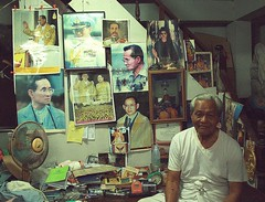 home shrine to the king (the foreign photographer - ฝรั่งถ่) Tags: white haired man sitting photos king bangkhen bangkok thailand canon convenience store